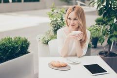 Femme assez mignonne élégante attirante en café extérieur utilisant le lapt Image libre de droits