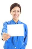 Femme assez occasionnelle tenant sa grande carte vierge de visite Images stock