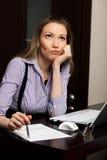 Femme assez réfléchie d'affaires de jeunes avec l'ordinateur portable Photographie stock libre de droits