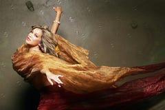 Femme assez sexy en soie Photographie stock libre de droits