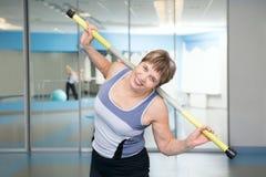 femme assez supérieure s'exerçant dans le gymnase Image stock