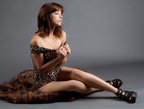 Femme assise sur la fourrure images stock