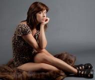 Femme assise sur la fourrure image libre de droits