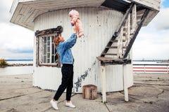 Femme atmosphérique de photo de mode de vie avec le bébé image stock