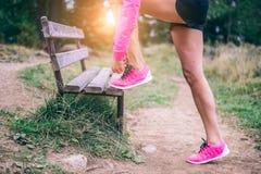 Femme attachant les chaussures de course Image stock