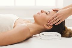 Femme atteignant le massage facial professionnel le salon de station thermale photographie stock