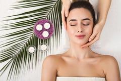 Femme atteignant le massage facial professionnel le salon de station thermale photos libres de droits