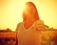 Femme atteignant sa main Photo libre de droits