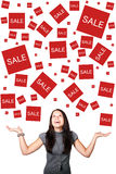 Femme attendant avec intérêt des ventes Photo libre de droits