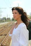Femme attendant à la station de train Photographie stock libre de droits