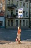 Femme attendant le bus Photographie stock libre de droits