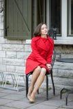 Femme attendant ses amis au café de rue Photo stock