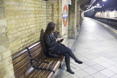 Femme attendant sous terre à Londres Photo libre de droits