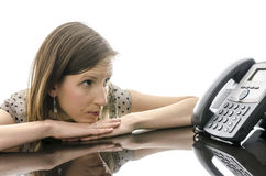 Femme attendant un appel téléphonique tout en regardant le téléphone Photos stock