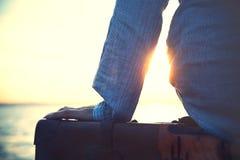 Femme attendant un bateau à partir sur un voyage Photographie stock