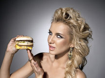 Femme attirant avec l'hamburger Image stock
