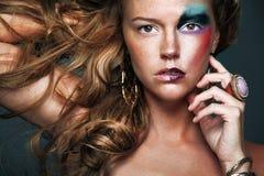 Femme attirant avec le cheveu bouclé blond d'or. Photographie stock libre de droits