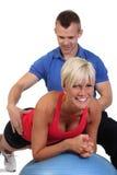 Femme attirant avec son entraîneur de forme physique Photographie stock