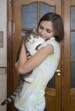Femme attirant avec un chat photo stock