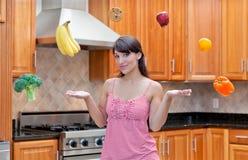 Femme attirant considérant le régime et la nutrition Image libre de droits