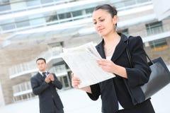 Femme attirant d'affaires à l'immeuble de bureaux Images stock