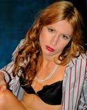 Femme attirant dans le soutien-gorge et la chemise Image libre de droits