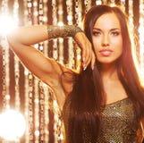 Femme attirant de brunette dans le club images stock