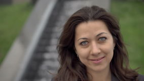 Femme attirant de brunette de verticale de plan rapproché jeune clips vidéos