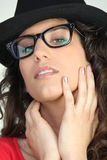 Femme attirant en glaces geeky Photographie stock libre de droits