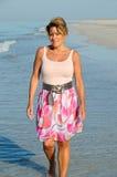 Femme attirant marchant sur la plage image stock