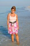 Femme attirant marchant sur la plage images stock