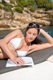 Femme attirant s'exposant au soleil sur le bateau de luxe Image libre de droits