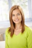 Femme attirant souriant dans le pull vert image stock