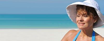 Femme attirant sur la plage Photos stock