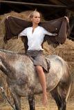 Femme attirant sur le cheval Images stock