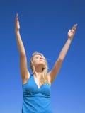 Femme attirant sur le ciel bleu photo stock