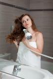 Femme attirant utilisant le marais dans la salle de bains Image libre de droits