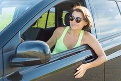 Femme attirante adulte s'asseyant en portrait automobile d'été extérieur photographie stock libre de droits