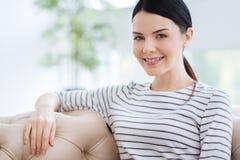 Femme attirante agréable souriant à vous Image stock