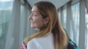 Femme attirante allant à l'avion de embarquement banque de vidéos