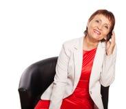 Femme attirante 50 années avec un téléphone portable Images stock