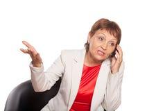 Femme attirante 50 années avec un téléphone portable Image libre de droits