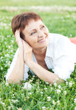 Femme attirante 50 ans avec un téléphone portable Images libres de droits