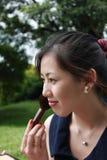 Femme attirante appliquant le blusher Image stock