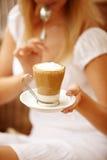 Femme attirante appréciant la cuvette de café photo stock
