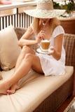 Femme attirante appréciant la cuvette de café images libres de droits