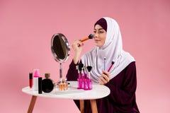 Femme attirante Arabe dans le hijab faisant le maquillage photos libres de droits