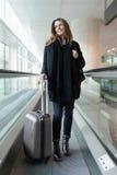 Femme attirante arrivant à l'aéroport en hiver Photo libre de droits
