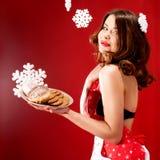Femme attirante au-dessus de fond de Noël Images libres de droits