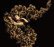 Femme attirante avec des cheveux d'or autour Photos stock
